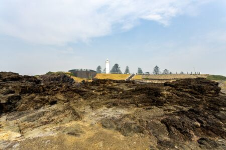 Photo pour Panoramic view of the Kiama Lighthouse seen from the basalt outcrop of the Blowhole Point, in Kiama, Southern Coast of NSW, Australia - image libre de droit