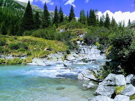 Photo pour mountain waterfall - image libre de droit