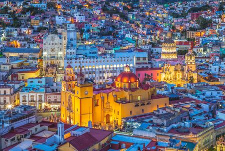 Photo pour Aerial view of guanajuato with cathedral in mexico - image libre de droit
