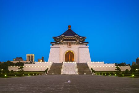 Foto für chiang kai shek memorial hall in taipei at night. Translation of the Chinese text is chiang kai shek memorial hall - Lizenzfreies Bild