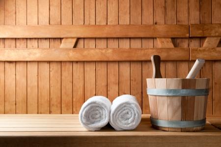 Foto de Detail of bucket and white towels in a sauna - Imagen libre de derechos
