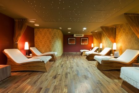Photo pour SPA restroom interior and row of wooden beds with white towels - image libre de droit