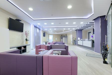 Photo pour Spacious waiting room in a modern clinic - image libre de droit