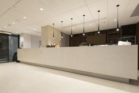 Photo pour Reception desk in hotel - image libre de droit
