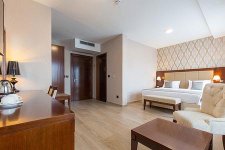 Photo pour Hotel room interior - image libre de droit