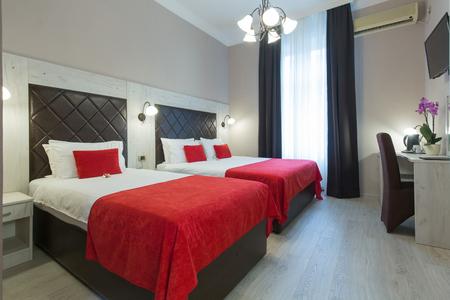 Photo pour Interior of a hotel bedroom in the evening - image libre de droit