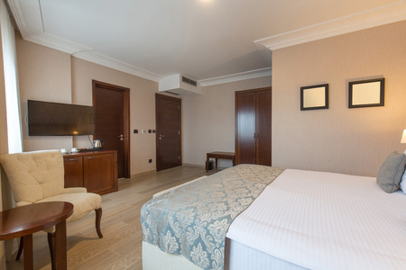 Photo pour Interior of a luxury double bed hotel bedroom - image libre de droit