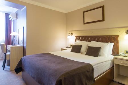 Photo pour Interior of a hotel bedroom - image libre de droit