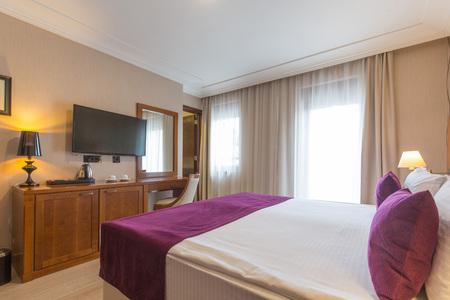 Photo pour Luxury double bed hotel bedroom interior - image libre de droit