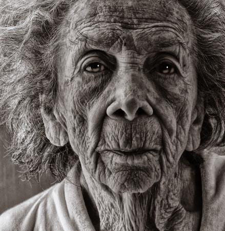 Foto de Very emotional Black and White Image of a Old woman - Imagen libre de derechos
