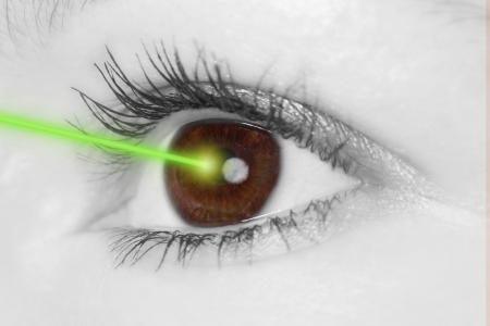 Photo pour Eye with laser beam - image libre de droit