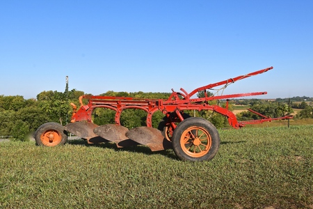 Photo pour An old 3 bottom trip plow needing old and grease on the shares for smoother plowing. - image libre de droit