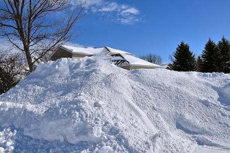 Photo pour nA massive snowdrifts blocks a house from view after a blizzard. - image libre de droit