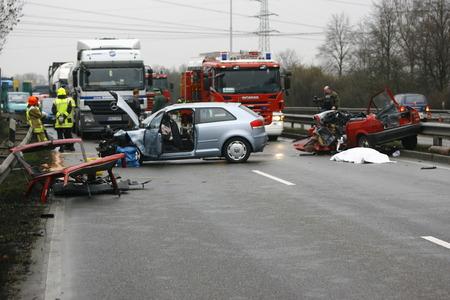 Photo pour Worms, Germany - Mrz 2, 2009 - Car crash on highway - image libre de droit