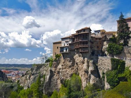casas adosadas típicas de la ciudad de Cuenca, España