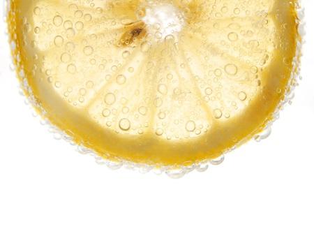 limón con burbujas aisladas en blanco