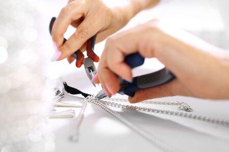 Photo pour Crafts, jewelry.Female hand performs jewelery - image libre de droit