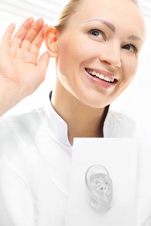 Photo pour Woman listen to sound. Recovery of hearing. - image libre de droit