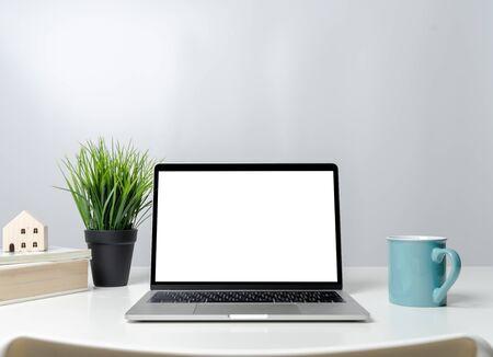 Photo pour Computer mockup white background on desk. Laptop with blank screen. - image libre de droit