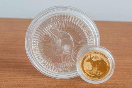 Photo pour Australian Kangaroo silver and gold coins. 1oz silver coin and quarter oz gold coin. - image libre de droit