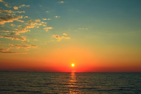 Photo pour Bright sunset with yellow sun under the sea surface - image libre de droit