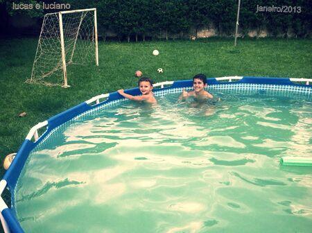 Refrescando na piscina na tarde quente de goias
