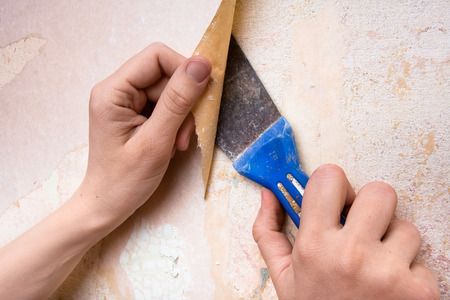 Photo pour removal of old wallpapers with spatula - image libre de droit