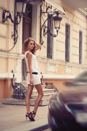 Photo pour Pretty young woman with the car key in her hand - image libre de droit