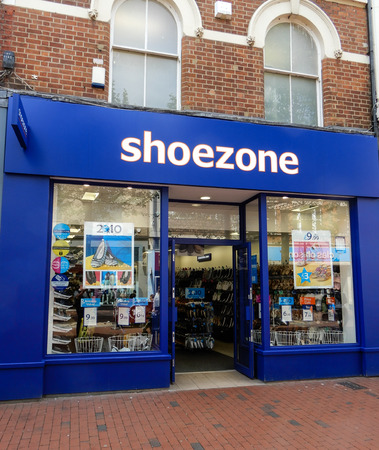 Photo pour Reading, United Kingdom - May 09 2018:   The frontage of SHoe Zone budget shoe shop in Broad street - image libre de droit
