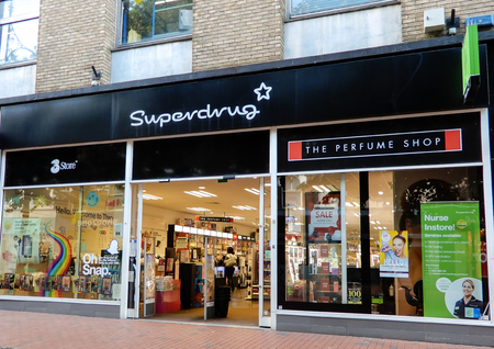 Photo pour Reading, United Kingdom - June 22 2018:   The store frontage of Superdrug Pharmacist and cosmetic store in Broad St - image libre de droit