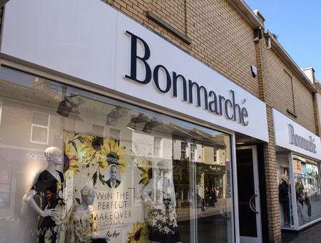 Photo pour Hove, United Kingdom - March 27 2018:   The Front of Bonmarche Clothes shop in George Street - image libre de droit