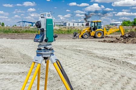 Photo pour Surveyor engineer is measuring level on construction site. Surveyors ensure precise measurements before undertaking large construction projects. - image libre de droit