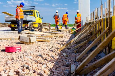 Photo pour Preparation is in progress to assembly wooden mold for concrete pouring. - image libre de droit