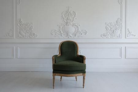 Photo pour A Vintage chair in the antique room interior - image libre de droit