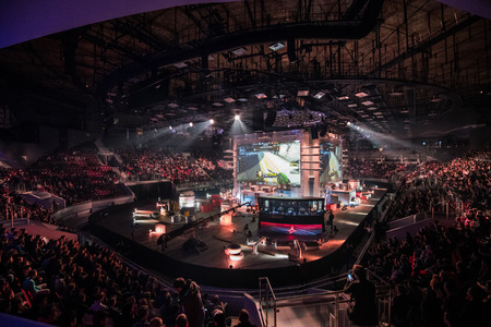 Photo pour SAINT PETERSBURG, RUSSIA - OCTOBER 28 2017: EPICENTER Counter Strike: Global Offensive cyber sport event. Main venue stage and the screen with live picture from the game - image libre de droit