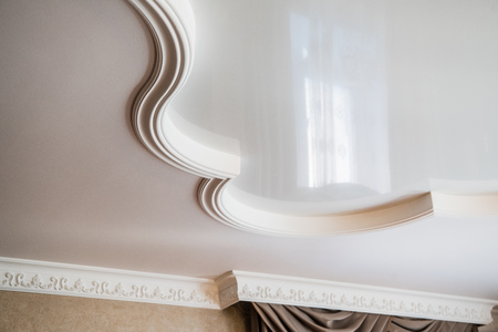 Photo pour ceiling decoration is made of white plaster. embossed stucco interior - image libre de droit
