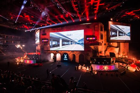 Photo pour MOSCOW, RUSSIA - OCTOBER 27 2018: EPICENTER Counter Strike: Global Offensive esports event. Main stage venue, big screen and lights before the start of the tournament. - image libre de droit