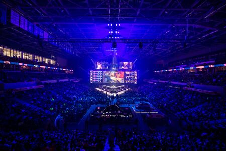 Photo pour MOSCOW, RUSSIA - 14th SEPTEMBER 2019: esports Counter-Strike: Global Offensive event. Main stage venue, big screen and lights before the start of the tournament. - image libre de droit