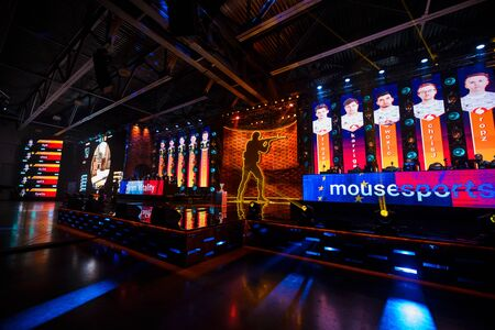 Photo pour MOSCOW - DECEMBER 23 2019: esports Counter-Strike: Global Offensive event. Main stage venue, big screens and lights during tournament game. Big crowd at arena. - image libre de droit
