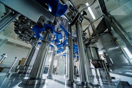 Foto für Automatic filling machine pours water into plastic PET bottles. - Lizenzfreies Bild