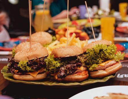 Photo pour Bacon burgers with beef on wooden table - image libre de droit