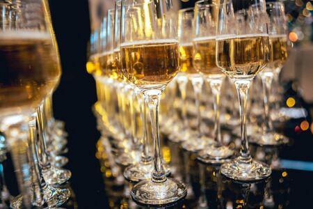 Photo pour Row of glasses of wine. A restaurant. - image libre de droit
