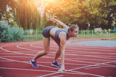 Photo pour Female athlete in position ready to run. - image libre de droit
