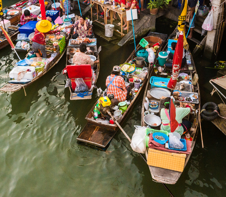 Photo pour Colorful trader's boats in a floating market in Thailand. Floating markets are one of the main cultural tourist destinations in Asia. - image libre de droit