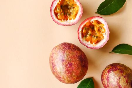 Photo pour Top view of fresh passion fruit on color background. - image libre de droit