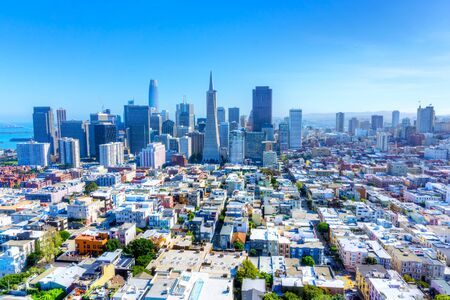 Photo pour Skyline of San Francisco, California, USA, showing urban sprawl and downtown financial district. - image libre de droit