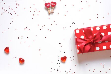 Photo pour Top view colorful Valentine background made of gift box and red assorted hearts with confetti with copy space. Valentine's day card concept - image libre de droit