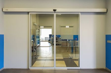 Photo pour Empty sliding glass front door at the airport. Glass doors in the office. Glass entrance. Entrance to administration building equipped with automatic door. - image libre de droit