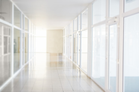 Photo pour Blurry corridor in the business center, bokeh background - image libre de droit