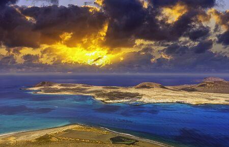 Photo pour Sunrise over volcanic Island La Graciosa of the Atlantic Ocean - a view from Lanzarote, Canary Islands, Spain - image libre de droit